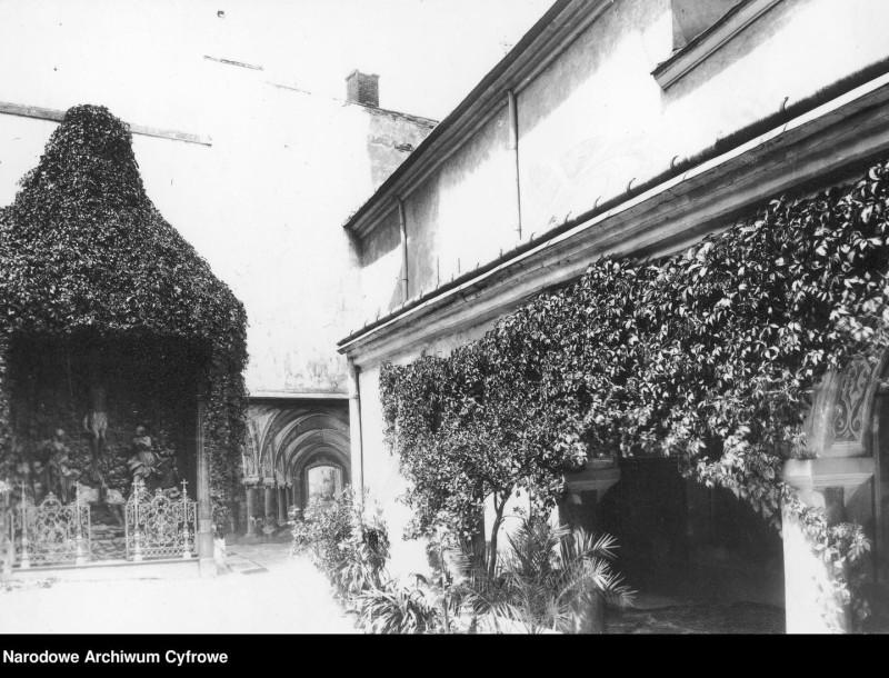 Клуатр обычно пристраивали к протяжённому южному фасаду собора. Там же находился вход в южный неф.  В центре фотографии видна крытая галерея, которая визуально связывает алтарь Голгофы с собором и ведет к улице Краковская, однако это всего лишь иллюзия.