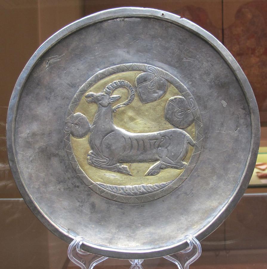 Серебряное блюдо с изображением сидящего горного козла