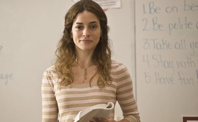 """Кадр из фильма """"Кадиллак Долана"""", 2008. Учительница победно смотрит на заабьюзенного ученика."""