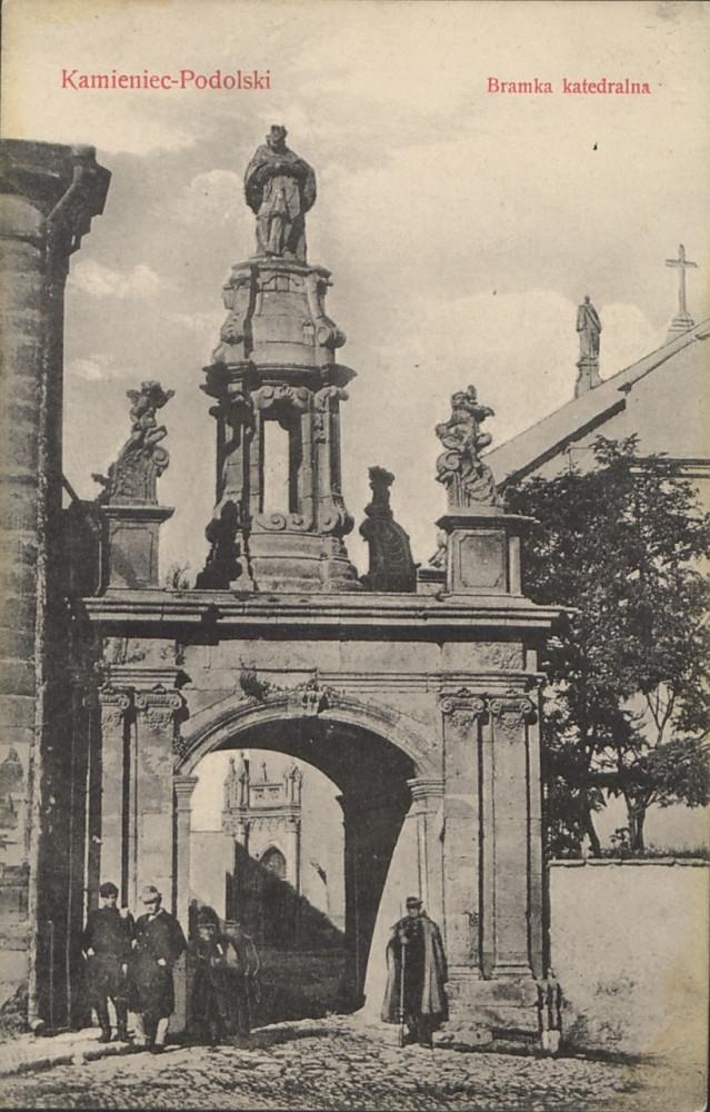 12  Кафедральные ворота