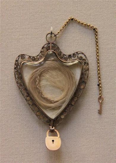 03 медальон с локоном Марии Антуаннеты