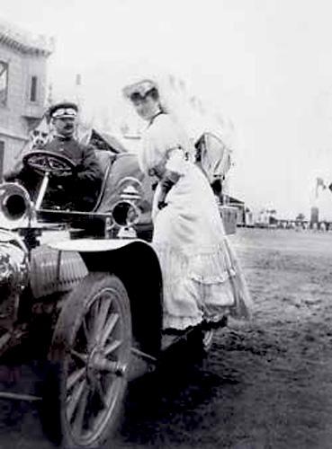 Мадам Эдвардс садится в автомобиль. Мися в 1908 году. Позади нее муж, Альфред Здвардс.