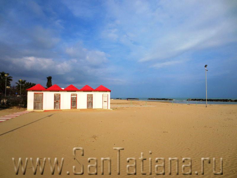 Пляж в ожидании лета