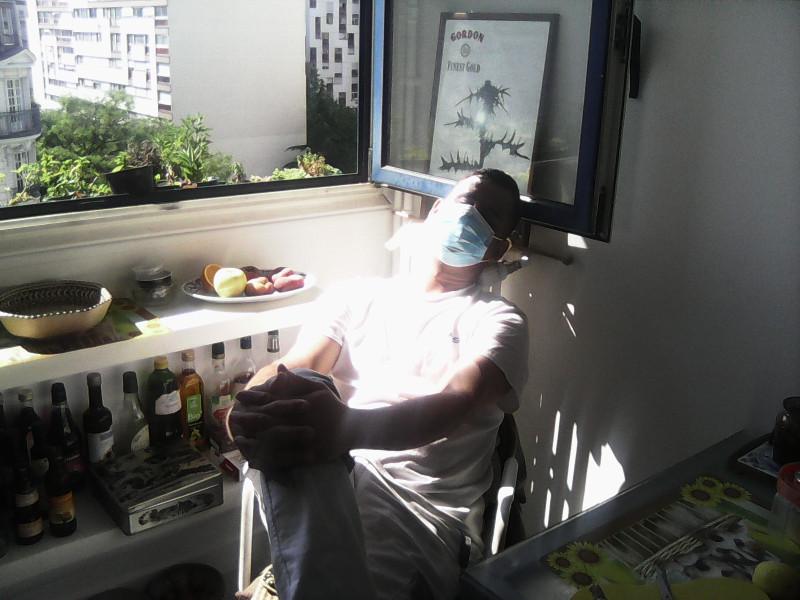 Имран отдыхает в моей солнечной кухне