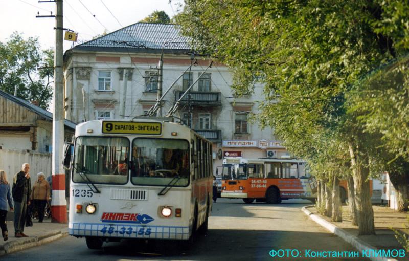 Фото: Konst с сайта transphoto.org. Троллейбусы маршрута № 9 на площади Ленина в Энгельсе, сентябрь 2003 года