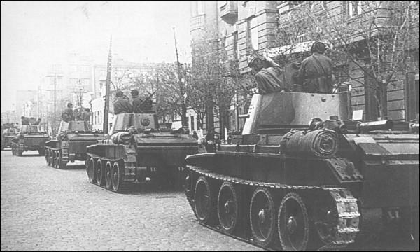 танки БТ-27 24-й легко танковой бригада входят во львов 18.09.39
