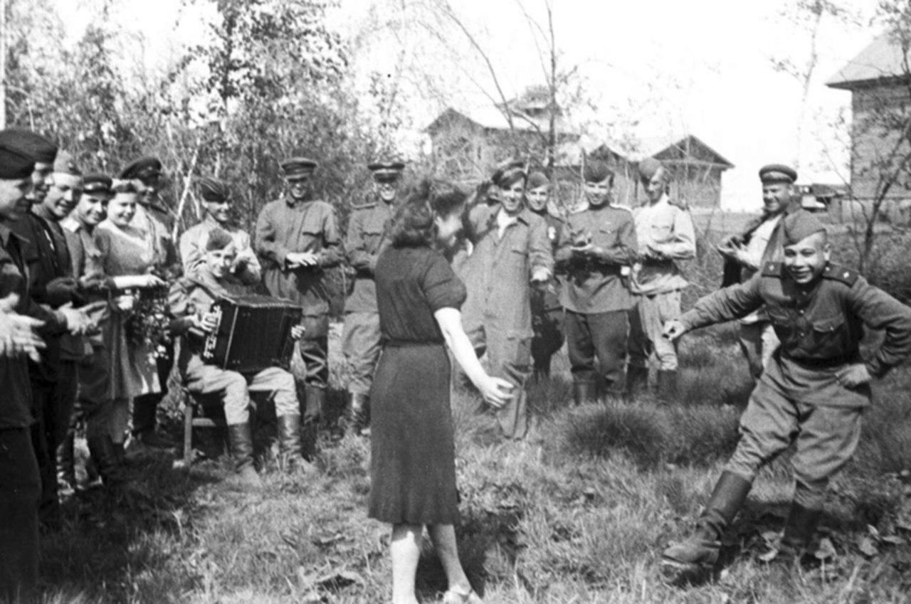 Солдатики отдыхают с девкой 6 фотография