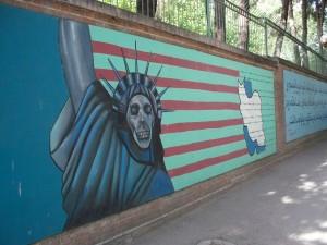 Граффити на стенах бывшего посольства США
