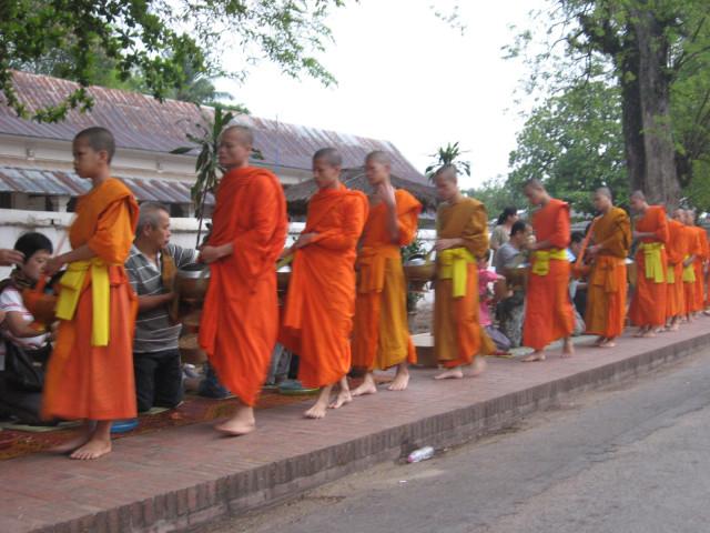 Раздача милыстыни монахам в Лаосе