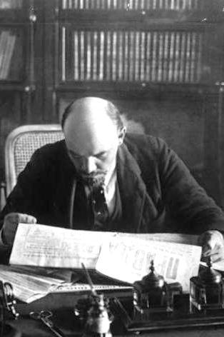 Ленин читаеи Правду