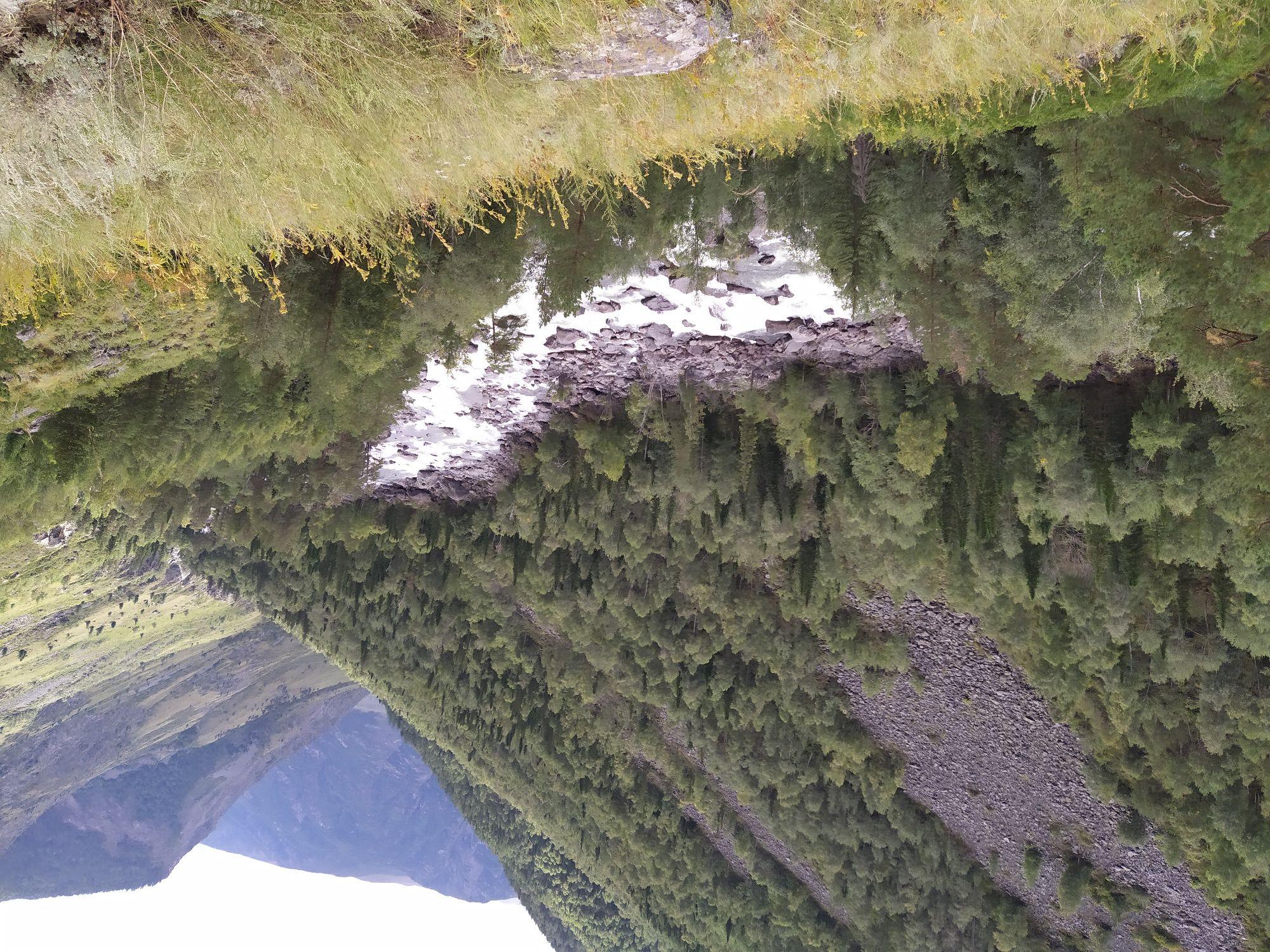 По ущелью течёт река Чульча