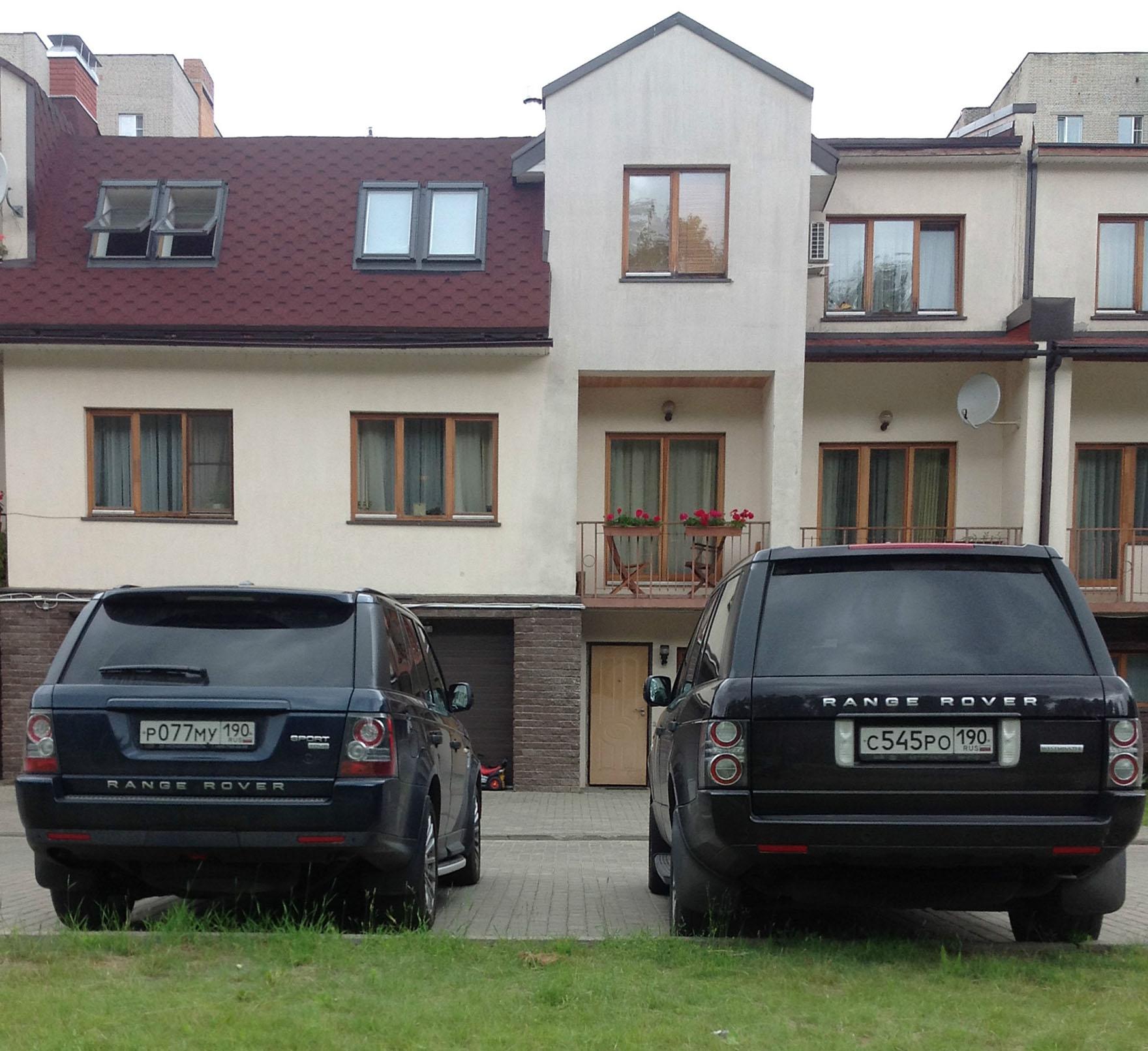 На фото перед домом личные автомобили семьи, по всей видимости они фанаты Range Rover (справа автомобиль Максима, слева автомобиль жены Наталии)