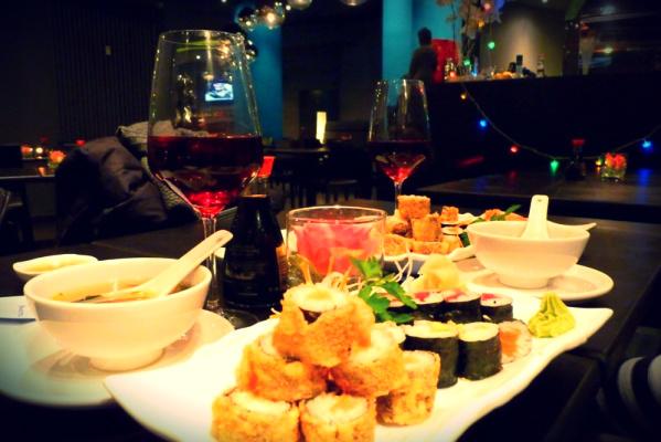 роллы и вино фото