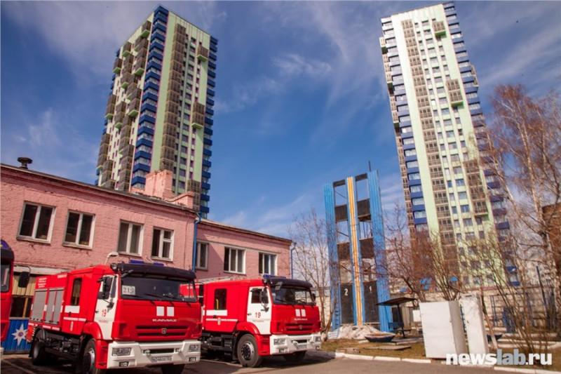Пожарная часть № 19. Находится на улице Ленина, 216 в окружении частных домов и новых высоток