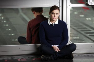 Agents-of-SHIELD-s1-ep06-Simmons-sitting-against-glass-doors-with-Fitzs-back-to-her-on-other-side