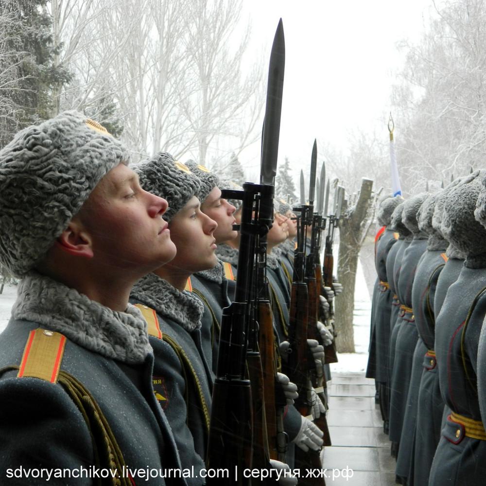 Ровно по струнке - Рота почётного караула на Мамаевом кургане в Волгограде - 29 марта 2014