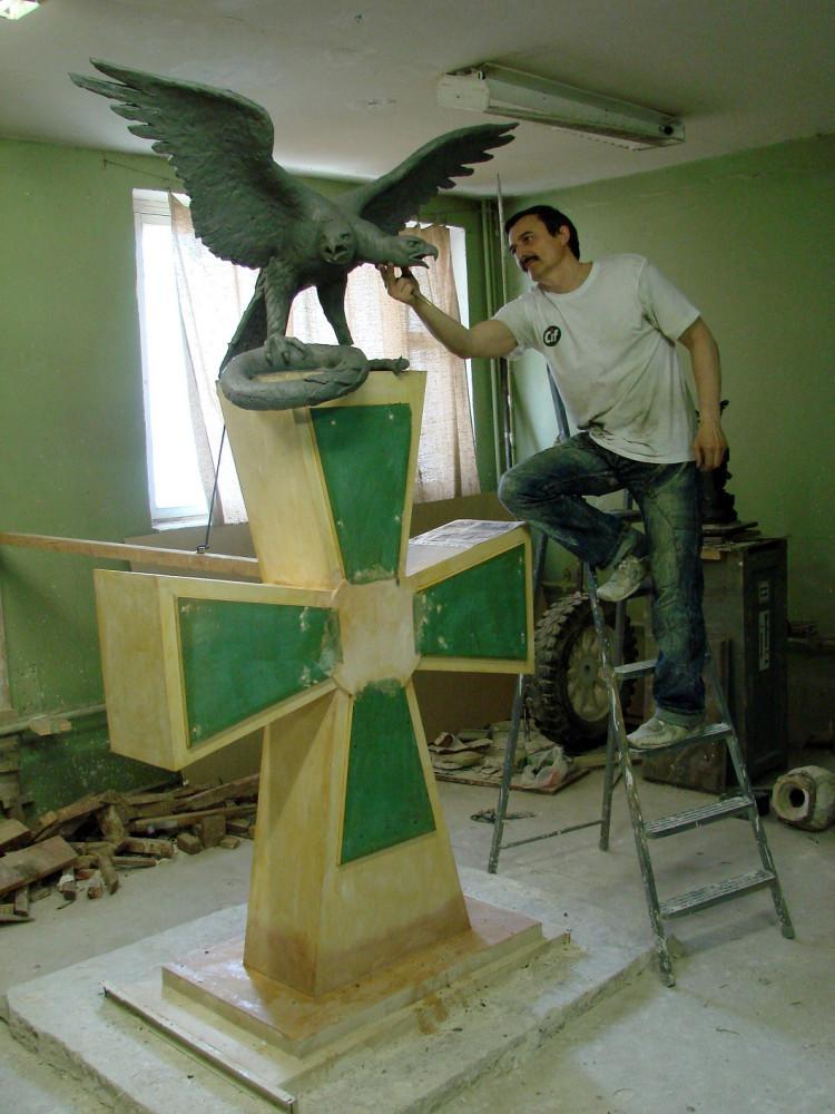 скульптор Сергей Щербаков за работой