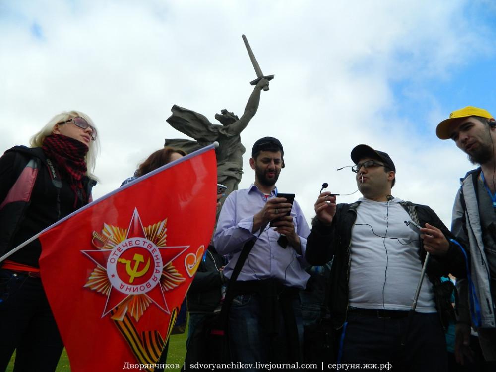 Мамаев курган - поём Катюшу 8 мая 2015.JPG