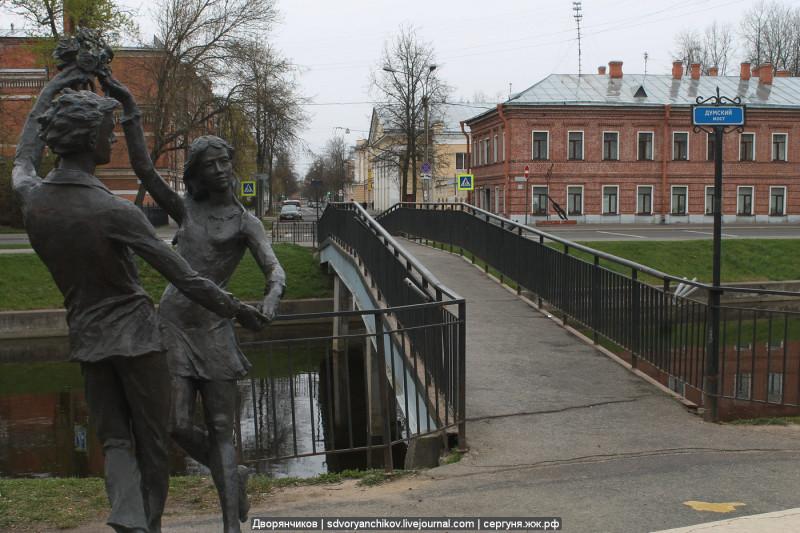 """01. Статуя """"Влюблённые"""", Думский мост и Школа искусств. Колпино - 05 мая 2019."""