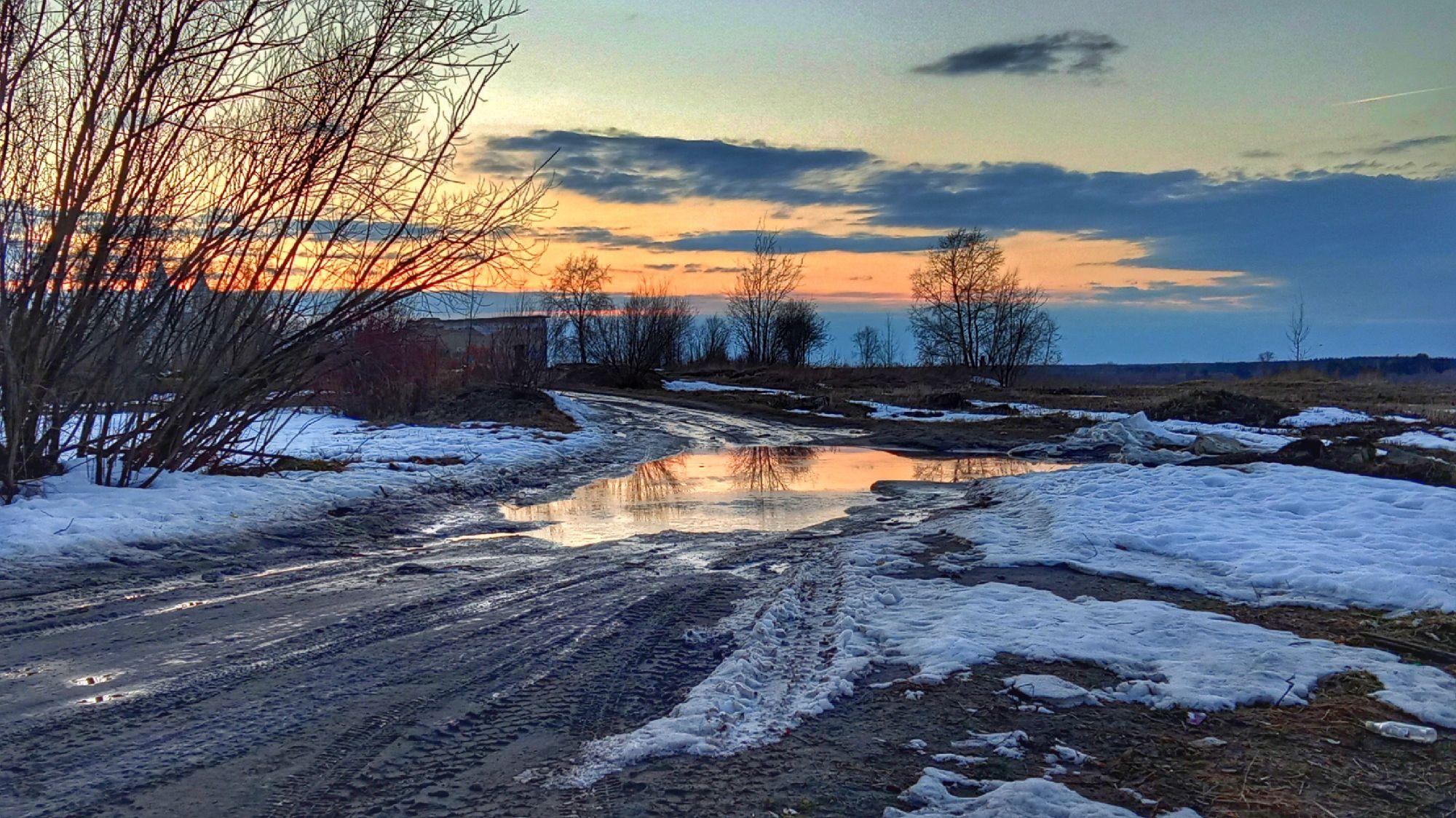 8. Апрель в Коряжме красивый на снежные закаты и рассветы с отражением в лужах:)