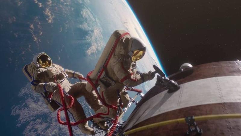 03. Салют-7 Экипаж корабля пытается сбить солнечный датчик кувалдой