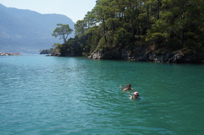 В голубой лагуне брали катамаран. Волн там нет, можно плавать на глубине