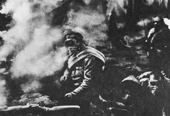 Русские окопы в момент немецкой газовой атаки