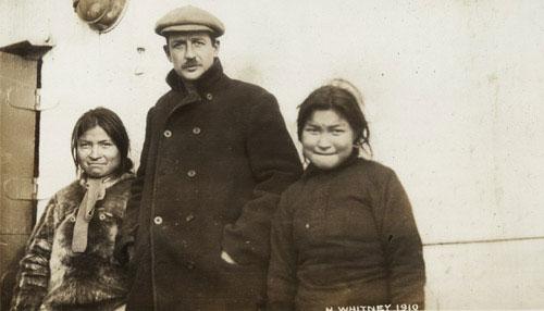 Гарри Уитни с двумя эскимосками