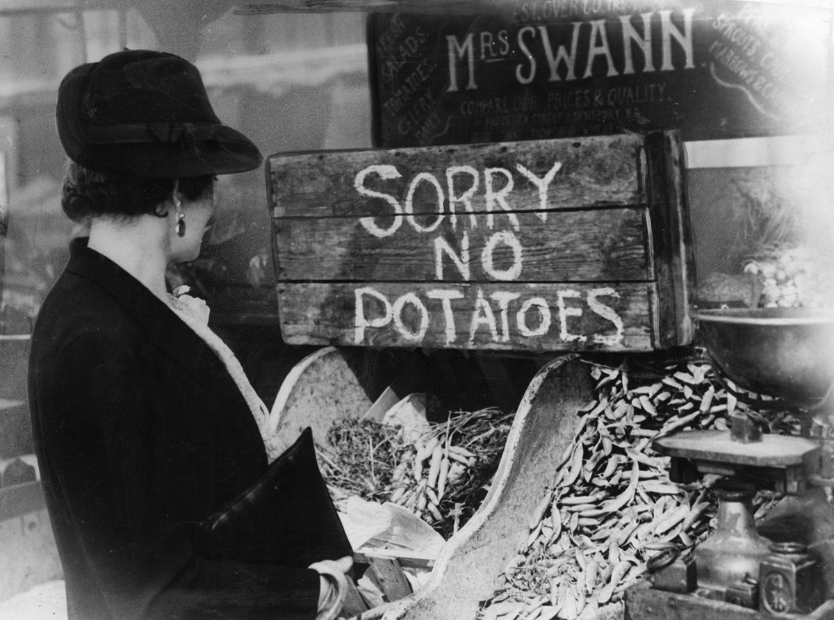 a-british-housewife-has-limited-choice-for-her-vegetable-purchasing-as-potato-stocks-dry-up-due-to-tight-rationing-control-over-supply-december-1941-mary-evans-grenville-collins-postcard-collection