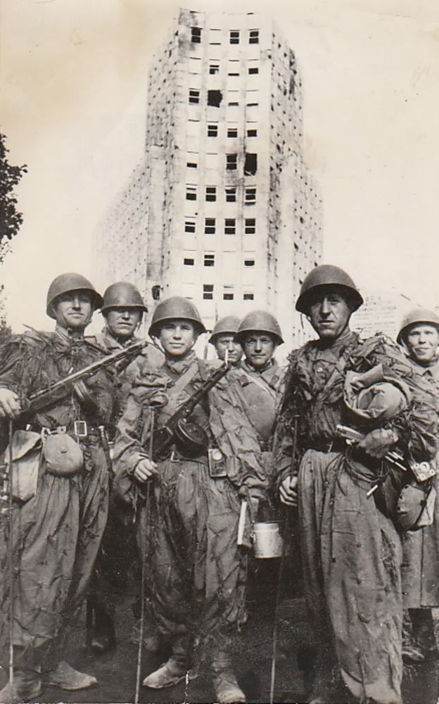 Members of the Red Army in the liberated Belgrade, on October 20, 1944, at Terazije in front of the Palace of Albania.