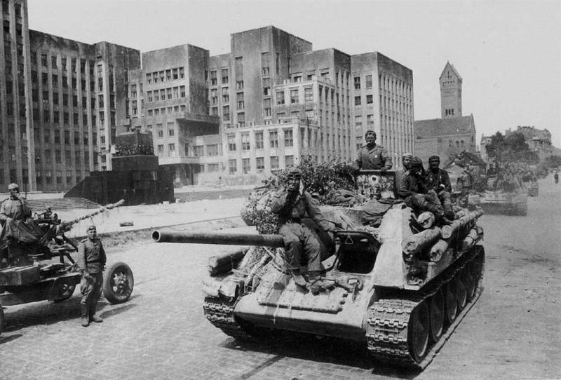 1944-07-minsk-dom-pravitelstva-su-85-hr-0447f2c863b1ad9789a914260d6608ea