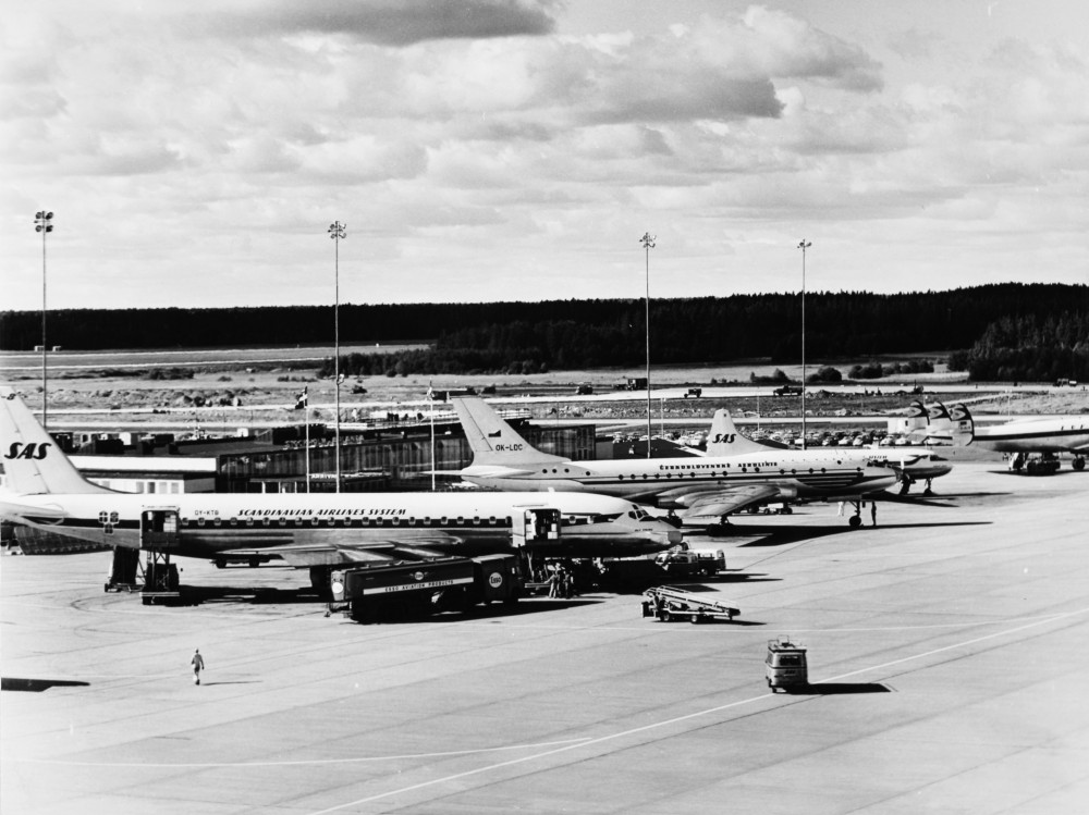 Arlanda_Airport_ARN,_Stockholm._1960s._SAS_DC-8_-33,_Bue_Viking_OY-KTB._Ground_Service,_fuel_to_the_aircraft._SAS_DC-8_-33,_Bue_Viking_OY-KTB_1960-1968