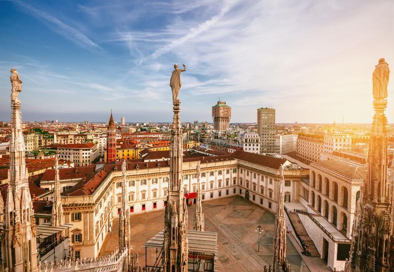 милан-панорама-италии-взгляд-от-собора-милана-на-заходе-солнца-palazzo-realle-146214174