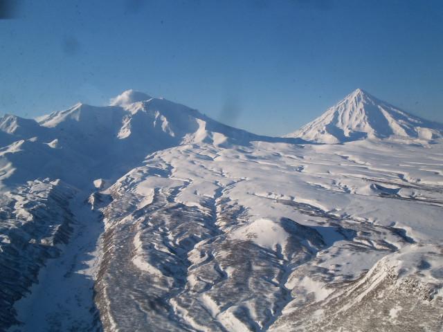 Курится Авачинский с обратной стороны. Под снегом застывший первый лавовый поток.