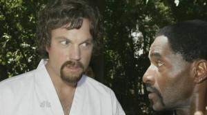 adam-baldwin-con-il-suo-maestro-carl-lumbly-nell-episodio-chuck-versus-the-sensei-della-serie-televisiva-chuck-113516