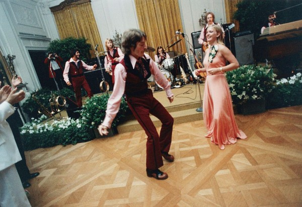1975 Susan Ford and her date William Pifer dance during the 1975 Holton Arms School Senior Prom held in the East Room of the White House Photo Getty …