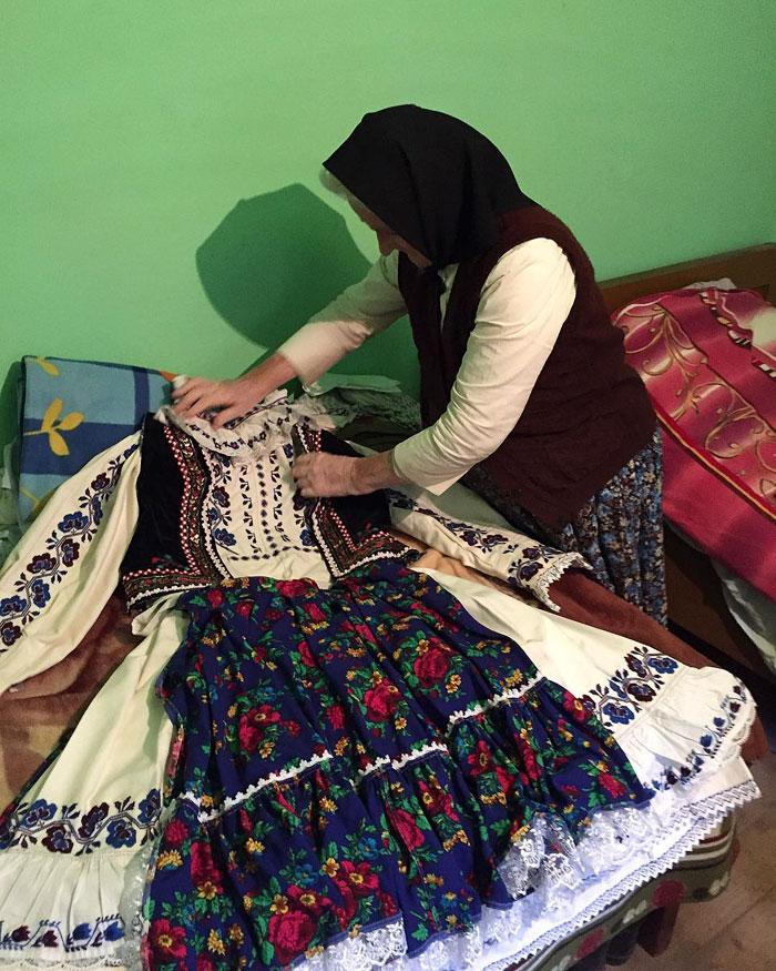 7  dior-copy-traditional-romanian-design-clothes-22-2.jpg