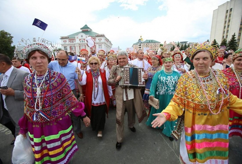 Мэр Саранска Пётр Тултаев в своё время удивил соплеменников, появившись на празднике в элегантном камзоле с мордовской вышивкой.jpg