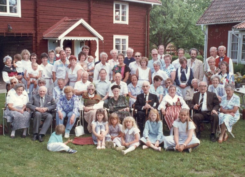 8   Kaj_Family_reunion_group_1988.jpg