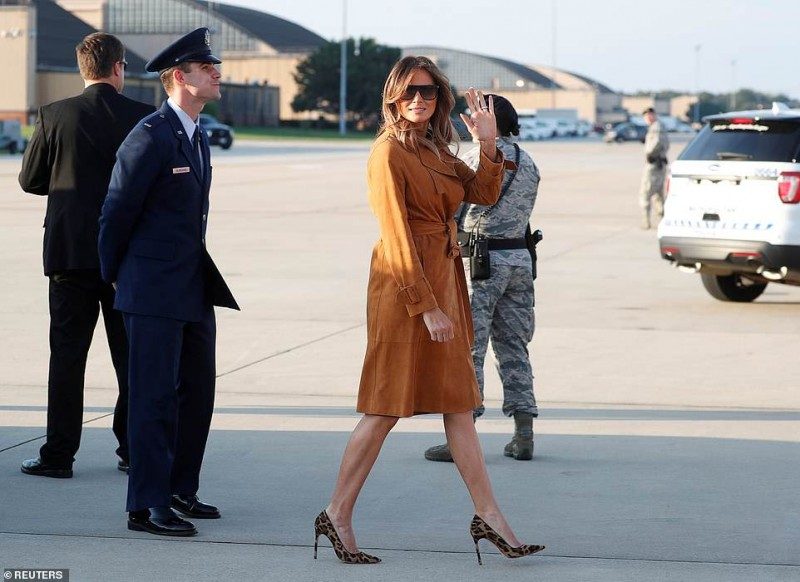 Day 1 4686872-6231141-There_she_goes_Melania_departed_for_her_solo_tour_of_four_Africa-a-56_1538661539371.jpg