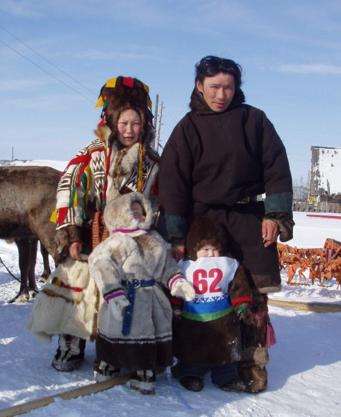 Ненецкая семья из Канинской тундры - женщина в шапке пярьтав.jpg