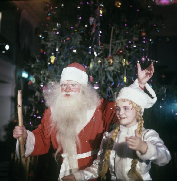 1967 Дед Мороз и Снегурочка во время новогоднего представления во Дворце культуры имени Ф.М.Свердлова в Перми, 1967 год. Фото РИА Новости  В. Красных…