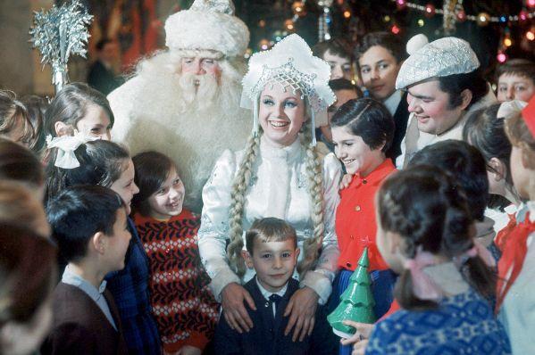 1971  Дед-Мороз, Снегурочка и Снеговик среди московских школьников на празднике Новогодней елки в Кремлевском Дворце съездов, 1971 год.  Владимир Ива…