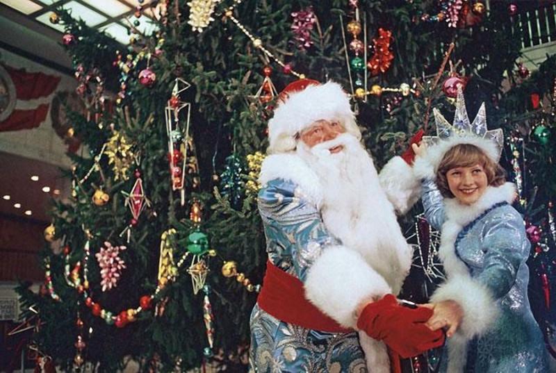 1978  Дед Мороз и Снегурочка танцуют у новогодней елки в Кремлевском Дворце съездов на молодежном балу. 1978 год. Фото Николая Малышева и Валерия Хри…