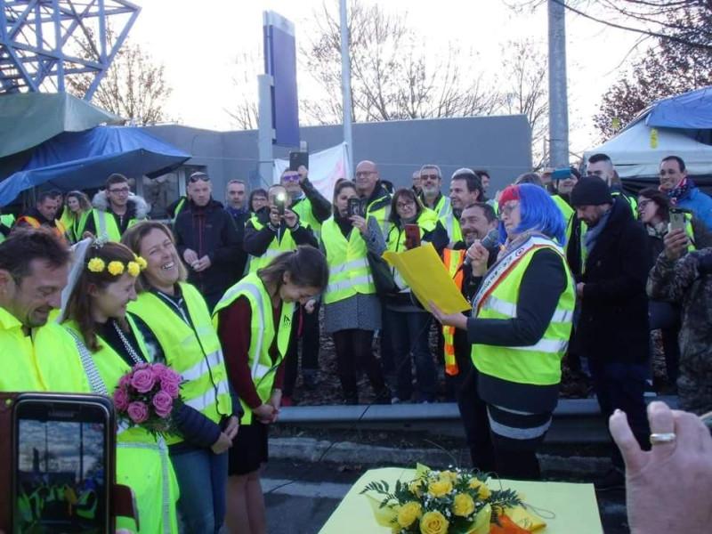 mariage-gilet-jaune-maire-perruqye-bleu-blanc-rouge.jpg