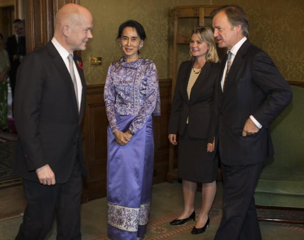 4 Aung+San+Suu+Kyi+Visits+London+nZPBPgTrSzlx.jpg