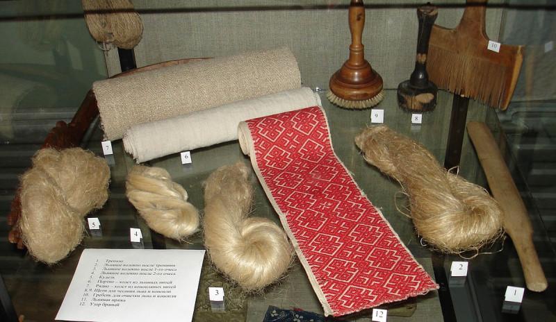 Старинные русские инструменты для обработки льна и конопли и льняные изделия, получаемые с их помощью.JPG