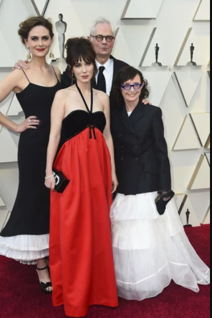 Emily Deschanel, from left, Zooey Deschanel, Caleb Deschanel€Ž and €ŽMary Jo Deschanel.PNG