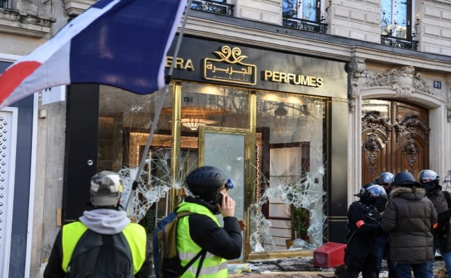 3  sbh512sg_yellow-vest-protesters-luxury-stores-paris-afp-650_625x300_17_March_19.jpg
