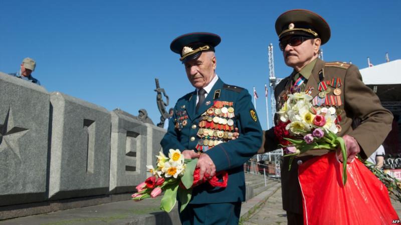 1 Ветераны возлагают цветы к памятнику, посвященному Второй мировой войне. Рига, май 2013 года.jpg